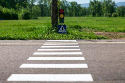 """""""На тротуаре у перехода стояли мама с ребенком, гаи обвинила, что не пропустил"""": должен ли водитель уступать дорогу таким пешеходам?"""
