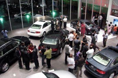 Ослабление рубля вызвало ажиотажный спрос на автомобили