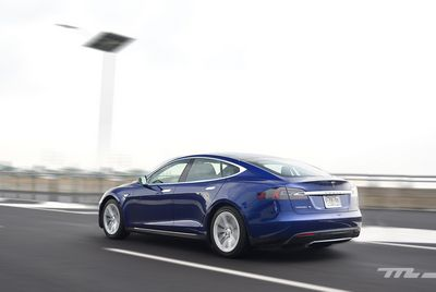 Tesla показала зарядку, которая как змея подключается к электромобилю